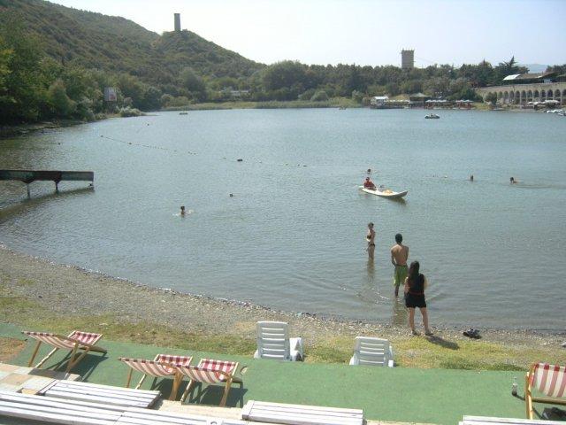 Озеро в горах над Тбилиси, где я поплавал прежде, чем продолжить путь в Армению
