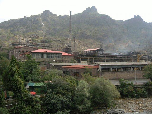 Завод, где добывается и обогащается медная руда. Медные рудники находятся внутри горы над городом.