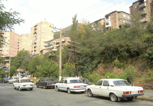 Здания в Алаверди сделаны из типичного для Армении полированного розового камня
