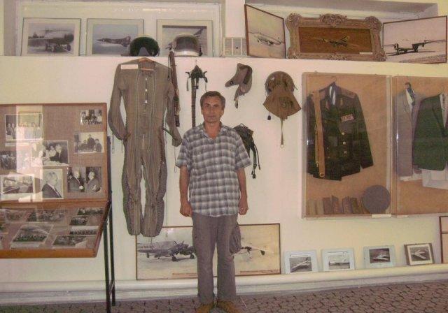 Автор среди экспонатов в музее Микояна