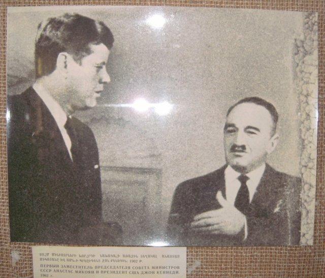 Фото государственного деятеля Анастаса Микояна с Джоном Кеннеди