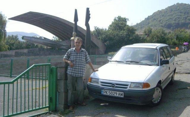 Автор со своею машиною перед музеем авиоконструктора Артёма Микояна
