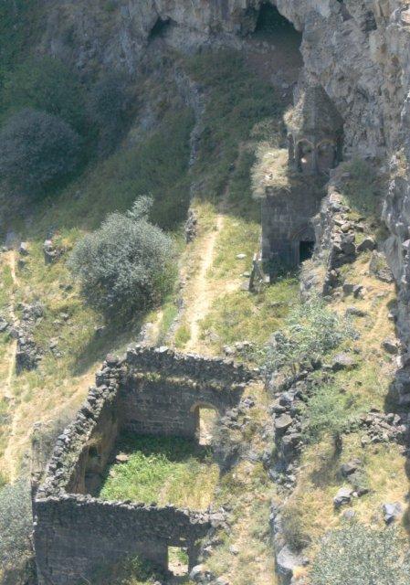 У основания каньона находятся развалины монастыря Хоромайри, 12-го века