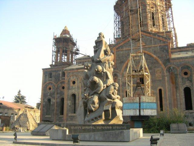 Памятник погибшим во время землетрясения в 1988 году