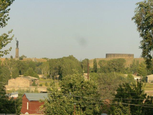 Статуя Мать Армения (слева) и укрепления Сев Гул (справа)