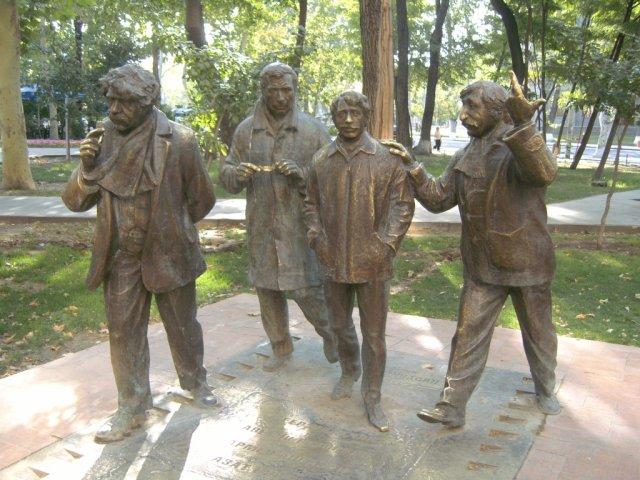 Памятник 4-ем популярным интеллектуалам