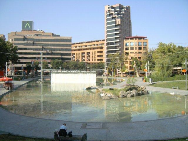 Пруд в парке Еревана