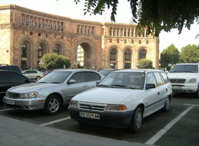 Моя машина, окруженная другими автомобилями у здания Совета министров Армении