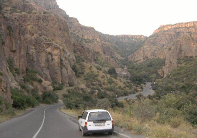 По живописному каньону между Гарни и монастырем Гегард
