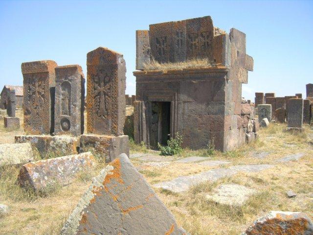 Надгробия с крестами (хачкари) в Норатусе