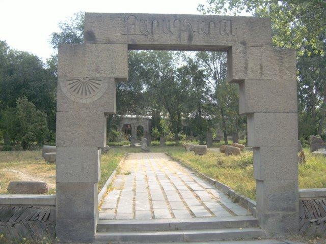 Парк Карадаран хранит каменные скульптуры тысячелетней давности
