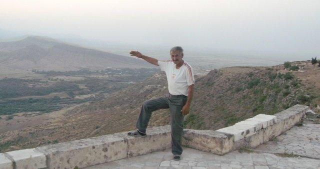 Гордый Артем на той самой высоте, которая когда-то военной хитростью была захвачена тремя армянскими героями