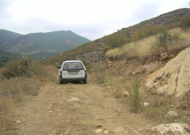 Эта грунтовая дорога ведет к подножию холма, где находится пещера Азок