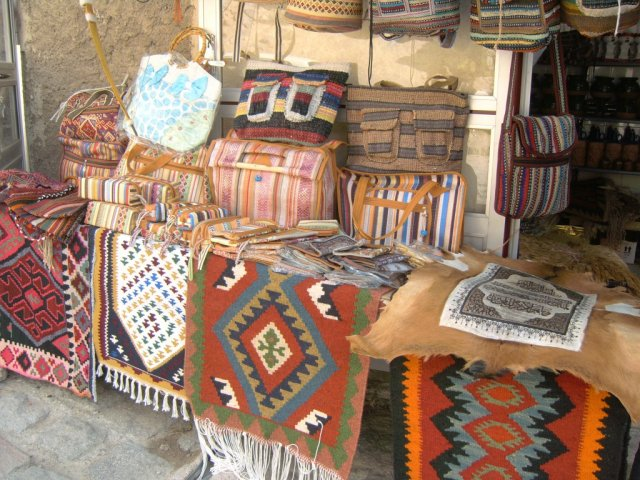В Кандоване процветает туристический бизнес с сувенирами и всякими другими вещами