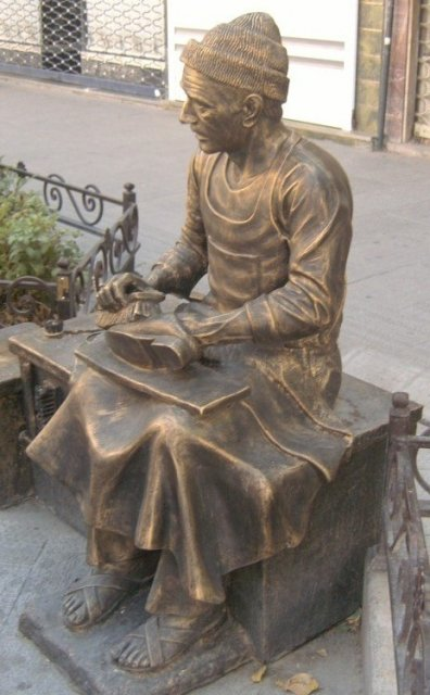 Скульптурные фигуры в Тебризе