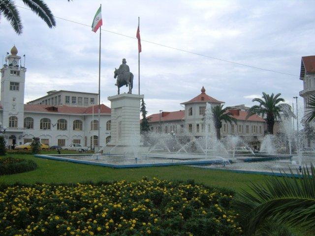 Центральная площадь с памятником Кучук Хану