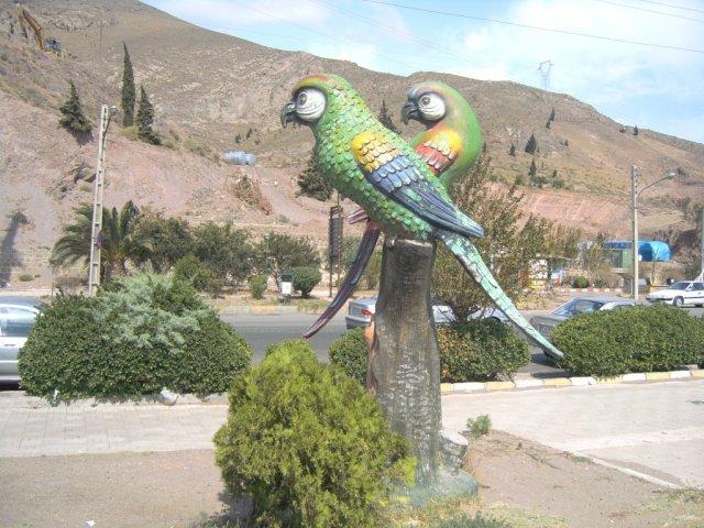 Пластиковая скульптура в парке у водохранилища