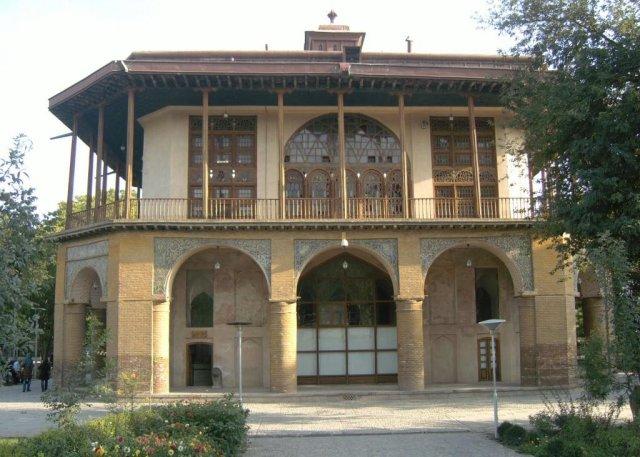 Шахский дворец Чехел Сотун, построенный в 1510г.