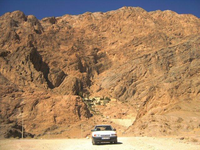 У подножия скалистой горы с храмом огня