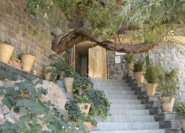Последние ступеньки перед входом в пещерный храм огня Пир-е Сабз