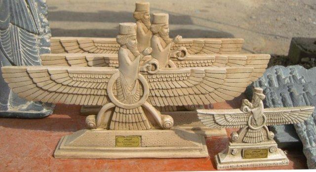 Сувениры с изображениями крылатого солнца Фаравахар