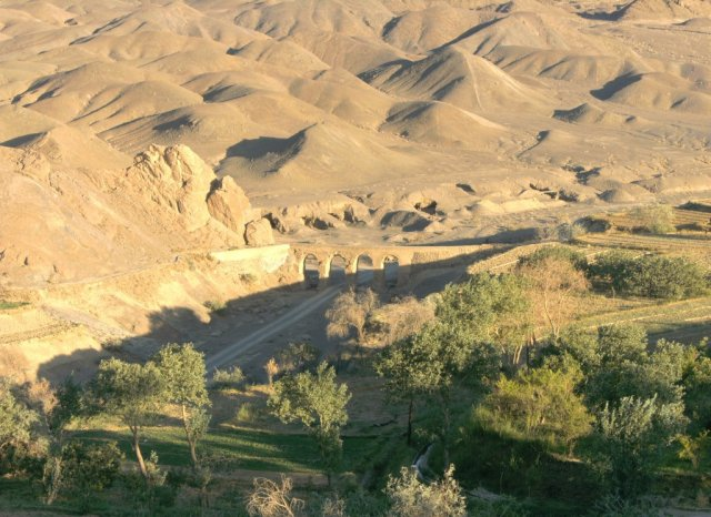 Взгляд на долину с акведуктом