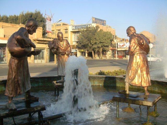 Рано утром нет никаких людей. Это пятница - выходной день в Иране.