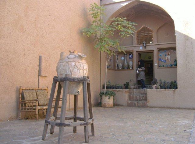 В дворике музея на первом месте сосуд для питьевой воды