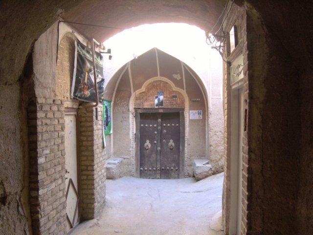 На улицах исторического Язда с вековыми зданиями из глины