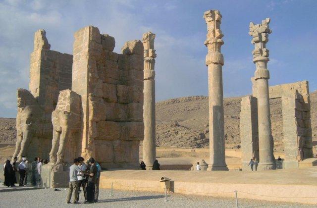 Ворота всех народов со скульптурами и древними надписями