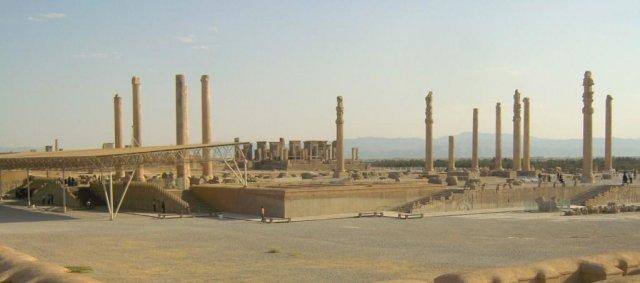 Панорамный вид на дворец Ападана с представительными лестницами, украшенными барельефами