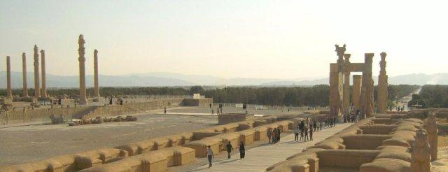 Общий вид: а) слева - дворец Ападана; б) справа - Ворота всех народов