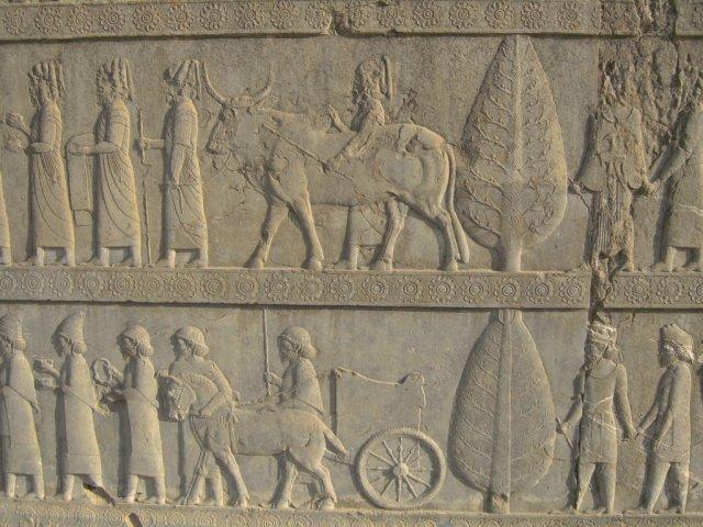 Барельефы, изображающие посетителей разных национальностей, которые приносят дары правителю