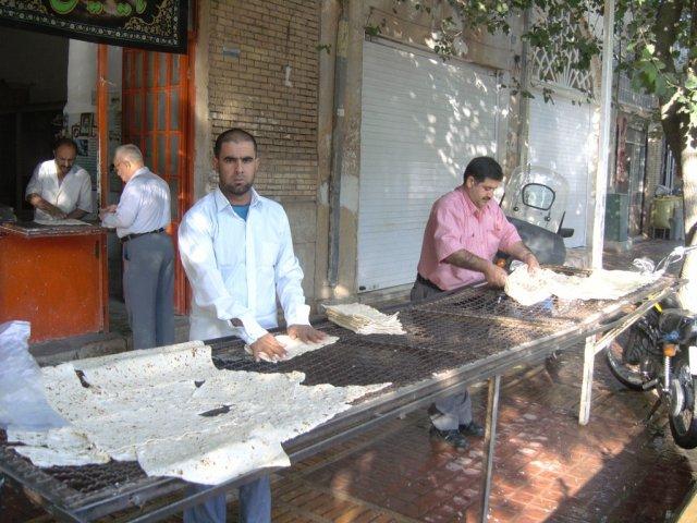 Типичный иранский тонкий хлеб