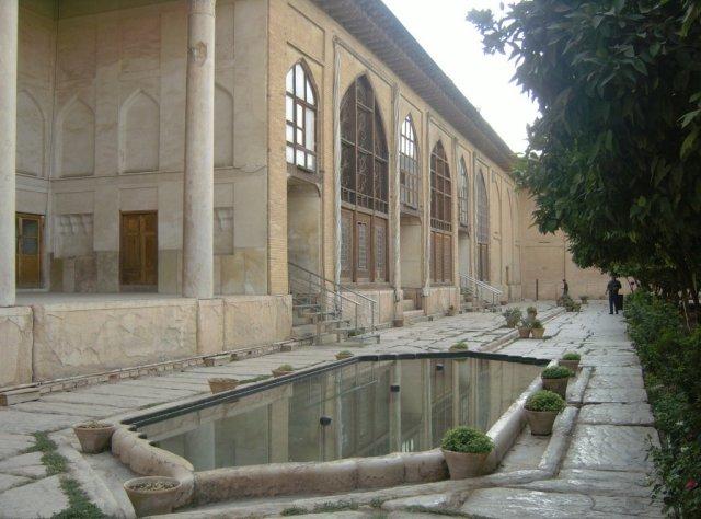 Внутри крепости размещен дворцовый комплекс с цитрусовыми садами и прудами