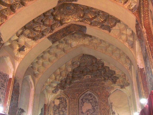 Дворец Карим хана открыт для посетителей, и в его залах размещены музейные экспонаты