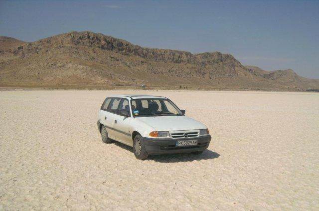 Сухие соленые озера в средней части Ирана. Мой автомобиль проезжает по белым кристаллам соли.