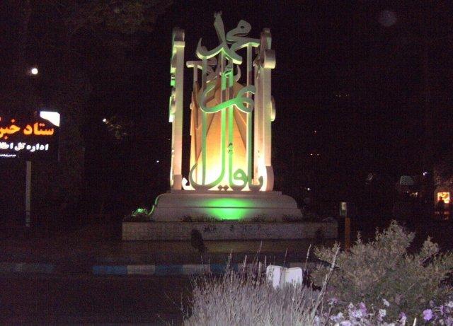 Город имеет красиво оформленные площади с памятниками и фонтанами