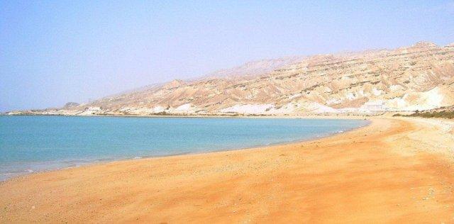 Пустынный пляж, где я впервые искупался и поплавал в Персидском заливе