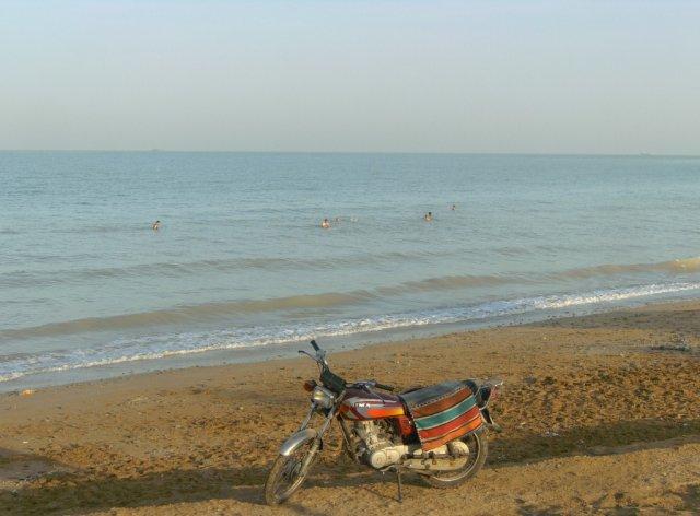 Пляж в Бушере, вскоре после 7 утра. Иранцы уже купались в море.