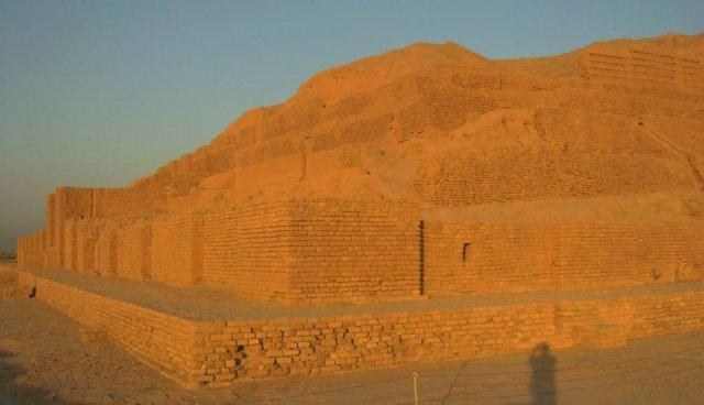 Ступенчатая пирамида Чока Занбил, где на верхней террасе находился храм (зиккурат)