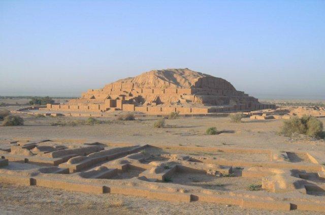 Центральная часть религиозного комплекса Чока Занбил с руинами ступенчатой пирамиды
