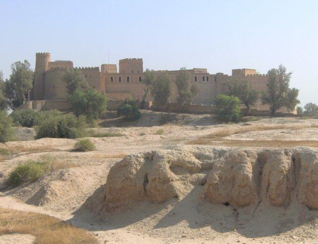 Новая крепость возвышается над руинами Сузы