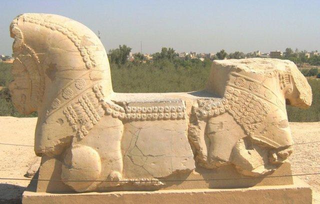 Скульптура, которая была на вершине дворцовой колонны
