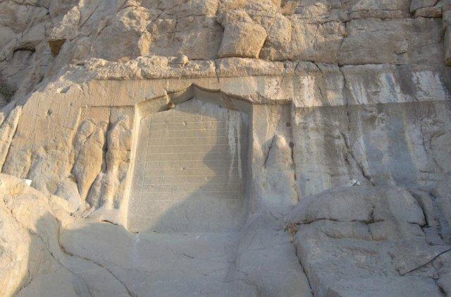 Разрушающиеся барельефы Митридата II и Готарзиса II, а также надпись шейха Али Хана