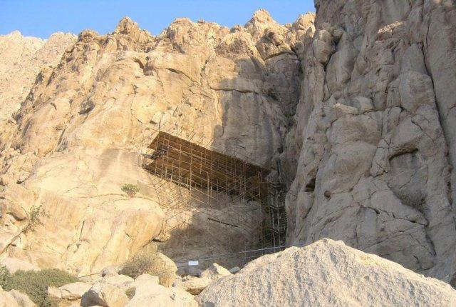 Лестница и платформа, с которой виден барельеф с надписями Дария I