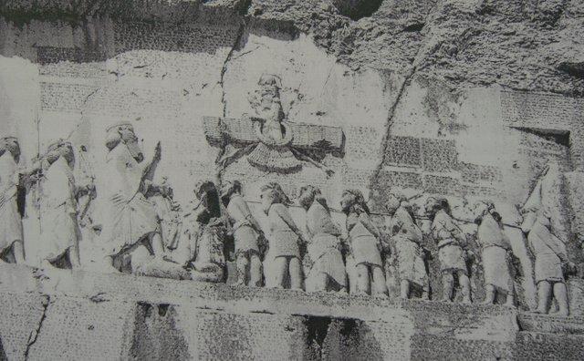 Фотография из интернета барельефа с изображением побед Дария I Великого
