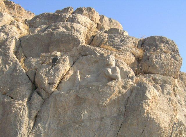 Статуя победившего в бою и отдыхающего античного героя Геракла (Геркулеса)