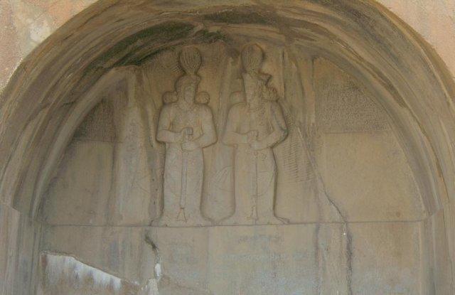 Внутри меньшей ниши в скале находятся барельефы персидских правителей и надписи