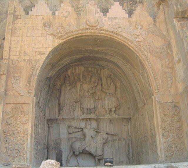 Верхний барельеф внутри крупнейшей нишы изображает коронацию царя Ардашира II.